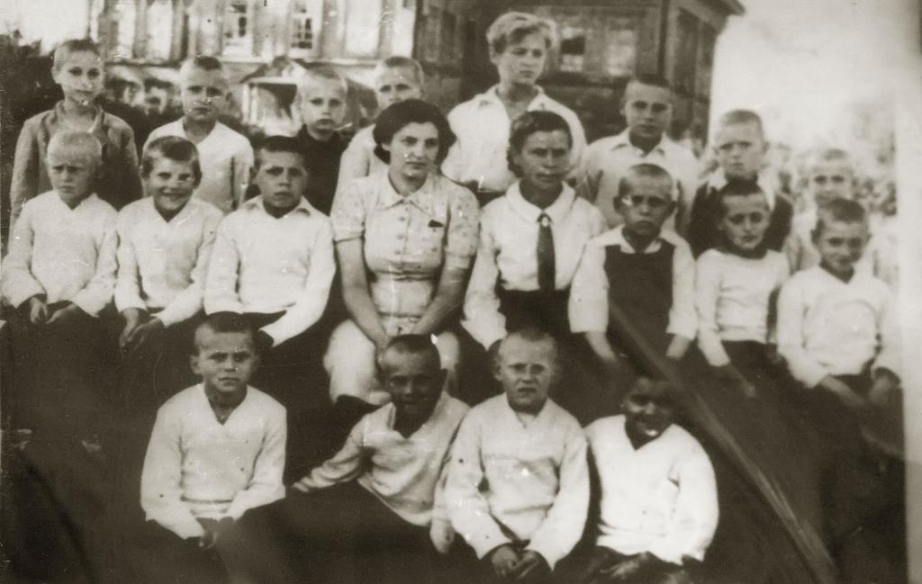 Фото №5105. Фото. Группа мальчиков, эвакуированных в Большой Менгер. 1944