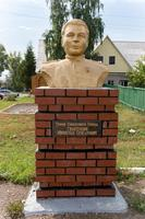 Бюст Гизатуллину М.С. (1925-1993) - Герою Советского Союза в Аллее героев Рыбно-Слободского района. 2014