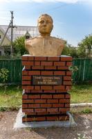 Бюст Петухову И.П. (1914-1950) - подполковнику, Герою Советского Союза в Аллее героев Рыбно-Слободского района. 2014