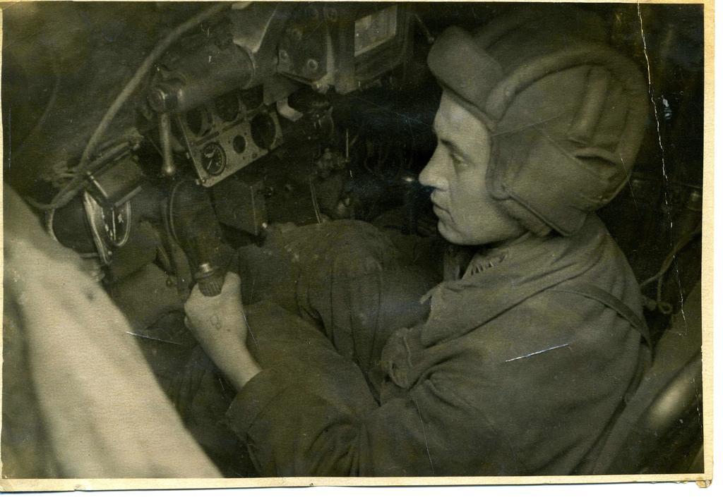 Фото №86105. НМРТ В-6376    Фотография Герой Советского Союза В  Григорьев в танке_1