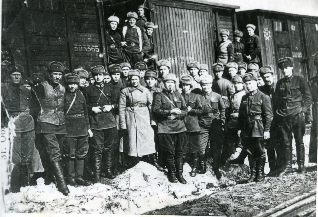 Воины 146-й стрелковой дивизии на пути следования на фронт. 1942 ©Tatfrontu.ru Photo Archive