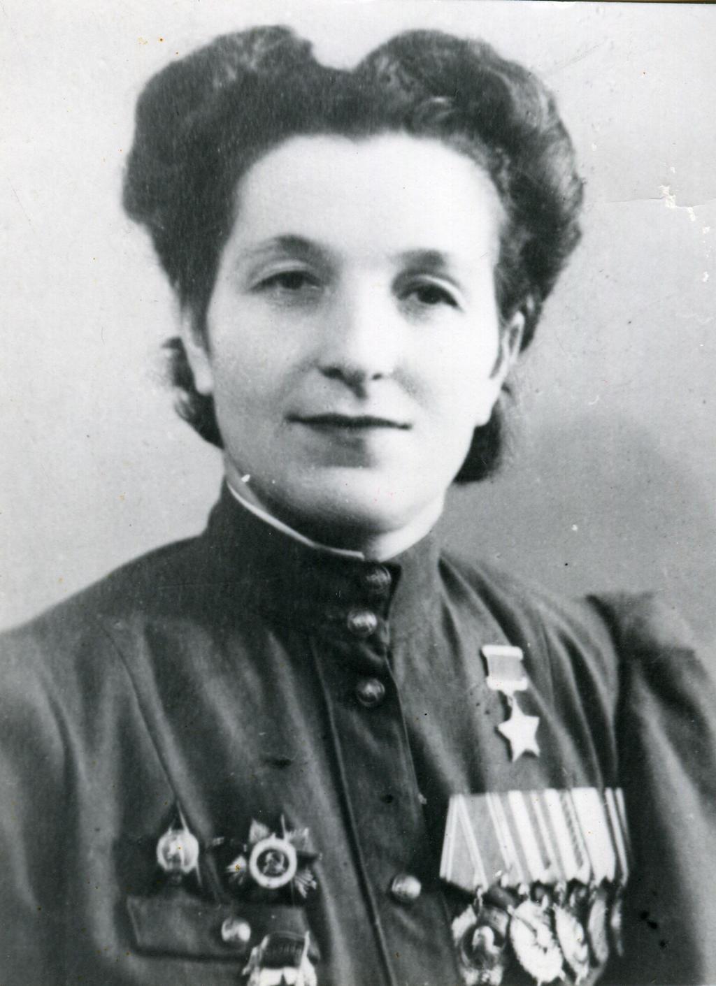Гвардии старший лейтенант М.Г.Сыртланова -  Герой Советского Союза. 1946 ©Tatfrontu.ru Photo Archive