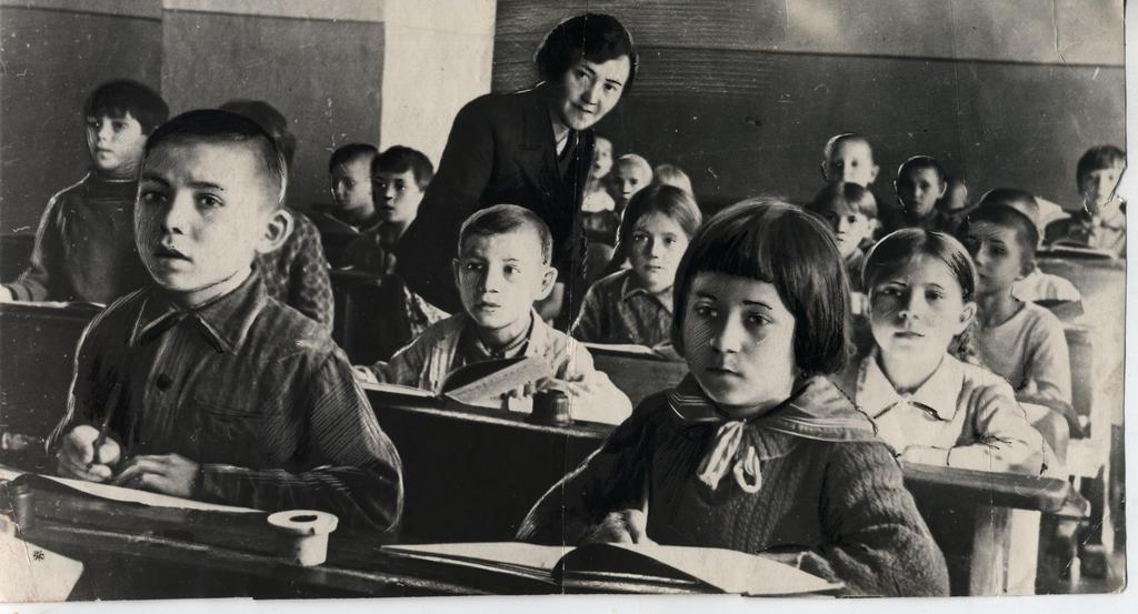 Учащиеся 2 класса школы № 51 Сталинского района на занятиях. Казань. 1941  Фото И. Галиева ©Tatfrontu.ru Photo Archive