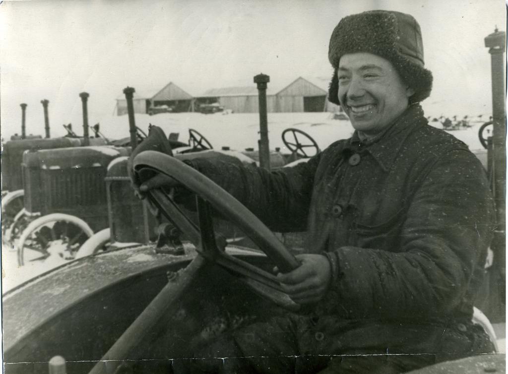 Фото №89505. Г.Каримуллин - тракторист Арской  МТС. ТАССР. 1942