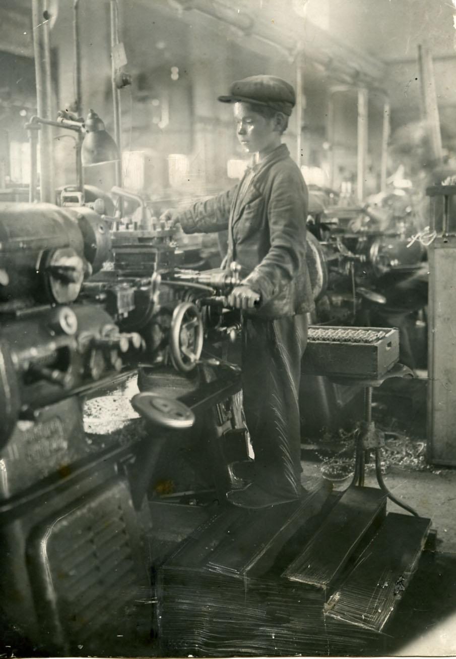 Ваня Чередилин – 12-летний подросток, за 6 месяцев овладевший специальностью токаря. 1942 ©Tatfrontu.ru Photo Archive