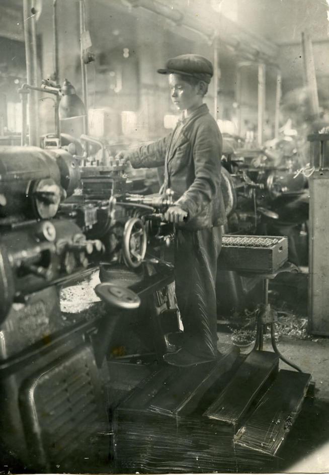 Фото №89521. Ваня Чередилин – 12-летний подросток, за 6 месяцев овладевший специальностью токаря. 1942