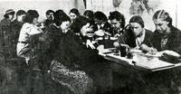 Фото.Девушки готовят посылки и пишут письма на фронт. 1940-е