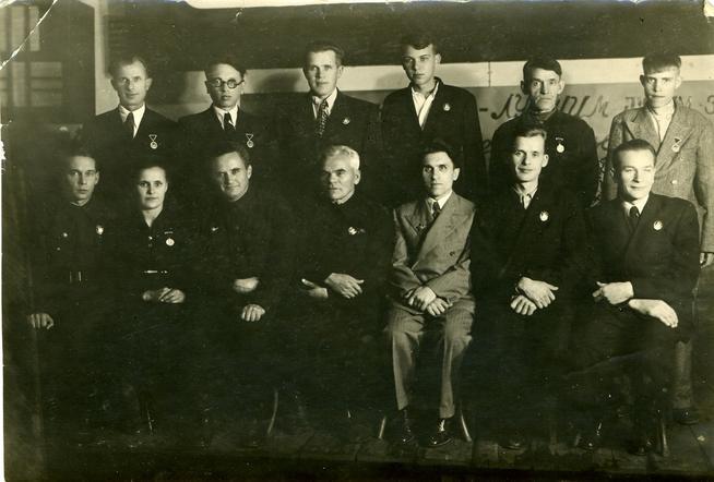 Фото №89648. Фото.Первая группа работников завода награжденных орденами и медалями за успешное выполнение заданий фронта. 1944