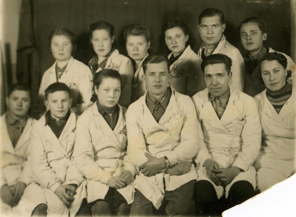 Фото. Бригада мастера Кошлева И.М.1940-е  В труде и учебе мужала и повышала свое мастерство молодежь. Многие  пришли на завод 14-17-летними подростками, встали на трудовую вахту вместо старших братьев и отцов ушедших на фронт. Они в короткие сроки овладели избранной профессией, работали самоотверженно и постепенно становились ударниками и стахановцами. Именно из таких подростков состояла бригада мастера сборочного цеха 34 И.М. Кошлева ©Tatfrontu.ru Photo Archive