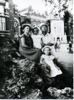 Фото. Семья М.Г. Сыртлановой  в  Доме отдыха Юрино. 1960