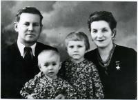 Фото. Сыртланова М.Г. с мужем Бабкиным М.Ф. и дочерьми Натальей и Светланой. 1960-е