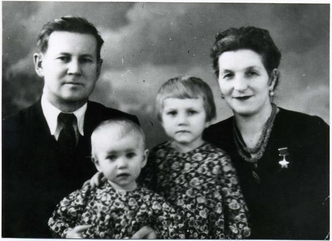 Фото №89889. Фото. Сыртланова М.Г. с мужем Бабкиным М.Ф. и дочерьми Натальей и Светланой. 1960-е