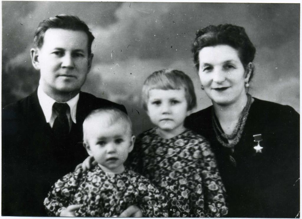 Фото. Сыртланова М.Г. с мужем Бабкиным М.Ф. и дочерьми Натальей и Светланой. 1960-е ©Tatfrontu.ru Photo Archive