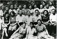 Фото. Сыртланова М.Г. (сидит в центре) с коллегами контролерами и руководством  контрольно-сдаточного и сборочного цеха. 1962