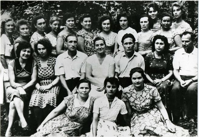 Фото №89894. Фото. Сыртланова М.Г. (сидит в центре) с коллегами контролерами и руководством  контрольно-сдаточного и сборочного цеха. 1962