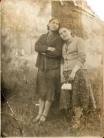 Фото. Грачева (Баркевич) Е.П. (1921 г.р.) - участница Великой Отечественной войны с подругой. 1930-е годы удалить