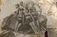 Фото. Грачева (Баркевич) Е.П. (1921 г.р.) - участница Великой Отечественной войны с подругой. Крым, Алушта. 1940 удалить