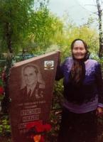 Фото. Красавина В.А., жена Героя Советского Союза Красавина М.В.  на могиле мужа. 2000-е