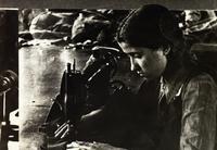 Фото. Комсомолка А.Габдрахманова – машинистка 1-ой Меховой фабрики выполняет заказ фронту. 1941