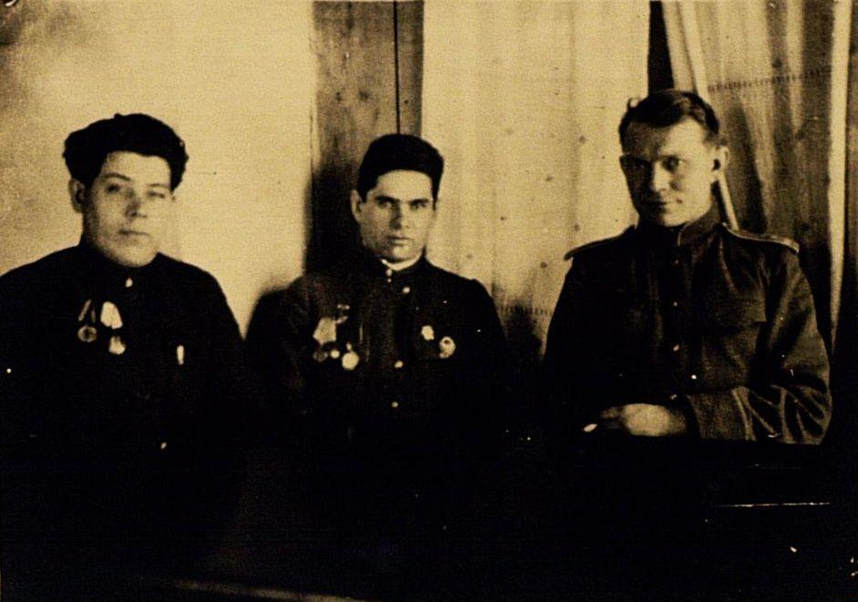 Фото №91757. Фото. Герой Советского Союза Ф.Г.Галиев (в центре) на встрече с первым секретарем Актанышского райкома ВКП(б). 1945
