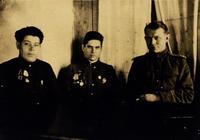 Фото. Герой Советского Союза Ф.Г.Галиев (в центре) на встрече с первым секретарем Актанышского райкома ВКП(б). 1945