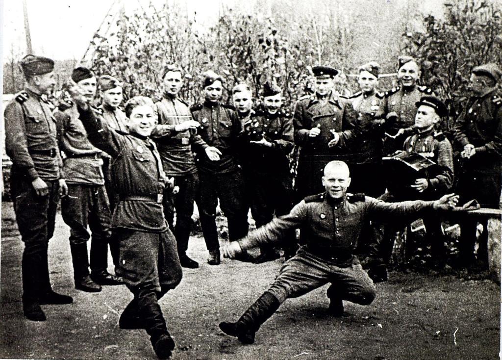 Фото №91801. Фото. Герой Советского Союза С.А. Ахтямов (с гармонью) с однополчанами во время  празднования дня Победы. Май 1945