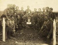 Фото. Герой Советского Союза И. Г. Кобяков (в центре, за памятником) с однополчанами во время похорон замполита части Володина.