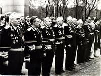 Фото. Ветераны Великой Отечественной войны у Вечного огня. 9 мая 1985 г.