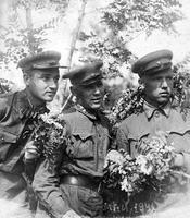 Фото. Г.А. Паушкин (слева) с однополчанами у заставы. Бессарабия. Май 1941