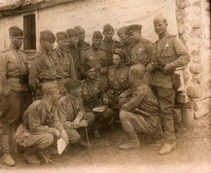 Фото №91998. Фото. Герой Советского Союза И.Г.Кобяков  (третий слева с планшетом в руках) среди однополчан после разведки. 12 июля 1943 года