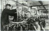 Фото. В цехе сборки моторов на заводе № 16. 1942