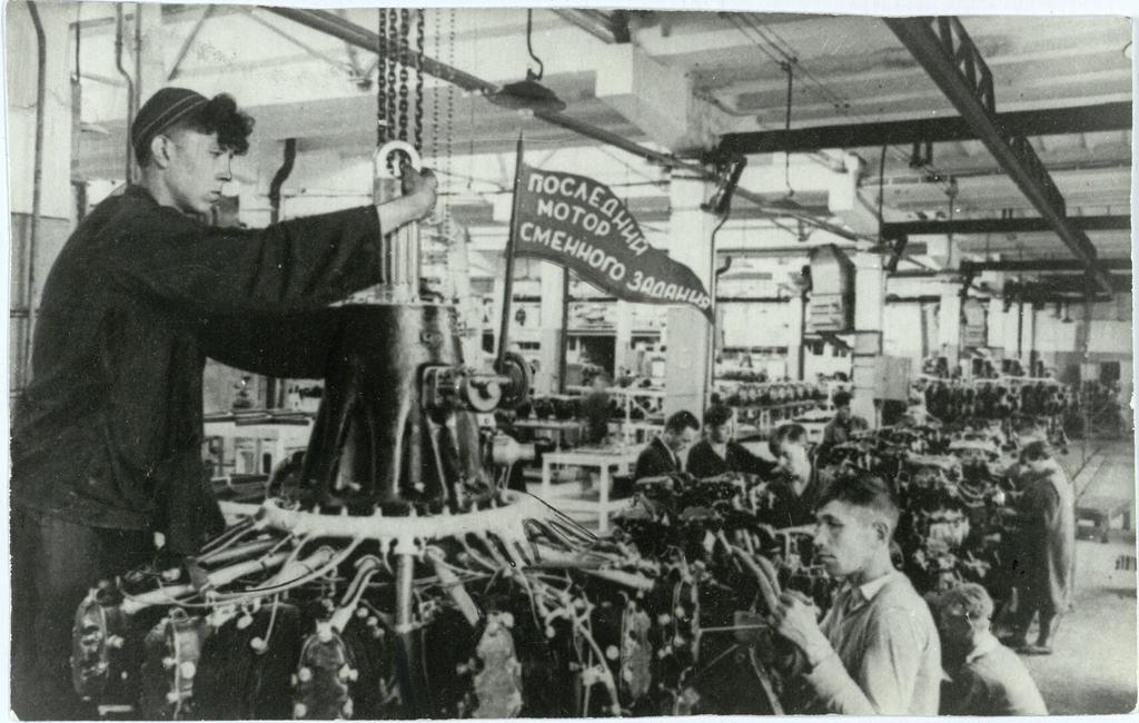 Фото №92964. Фото. В цехе сборки моторов на заводе № 16. 1942
