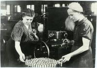 Фото. Выпуск боеприпасов на одном из военных производств Татарской Республики. 1942