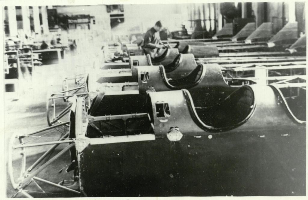 Фото №92979. Фото. В сборочном цехе фюзеляжей для самолетов ПО-2 на заводе №387. 1943